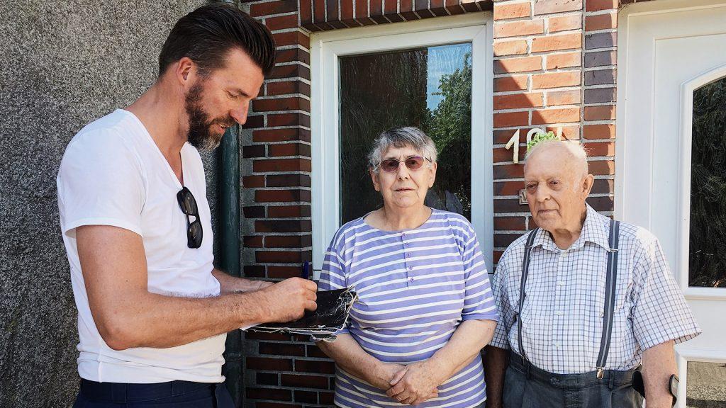 Frank Glanert im Gespräch mit Einwohnern Ostfrieslands